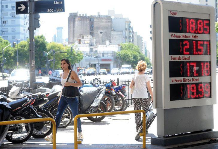 IMPACTO. Los surtidores se adaptarán a una nafta que también en la súper empezará con 2.