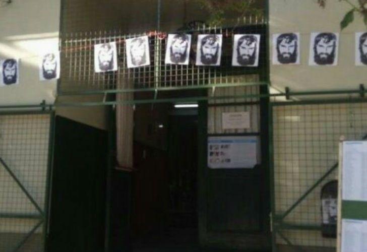 Los carteles lo recordaron, en la escuela donde tendría que haber votado y el resto del país