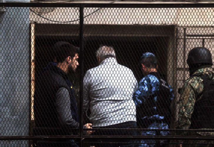 El detenido y ex titular de seccional La Plata de la Uocra, Juan Pablo Medina, ingresa a Tribunales platenses para ser indagado en el marco de una investigación por presunta comisión de los delitos de
