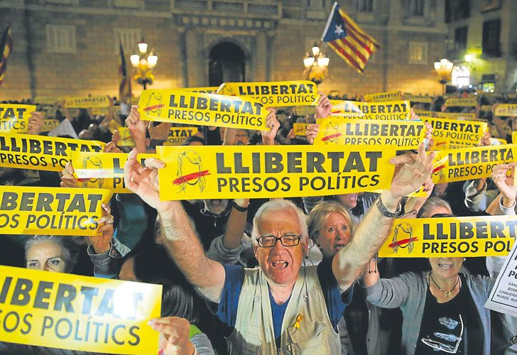 """Atrapame si puedes. Puigdemont podría seguir ahora los pasos de los ex funcionarios de la Generalitat catalana que ya fueron detenidos por orden de la Audiencia Nacional española, y que hoy se encuentran recluidos en la cárcel """"cinco estrellas"""" de Estremera, en las afueras de Madrid. Barcelona fue ayer escenario de protestas para exigir la liberación de los que los secesionistas consideran """"presos políticos""""."""