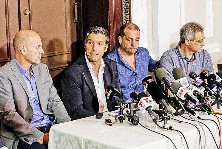Dolor. Barjkovic, Banchini, Benvenuto y Trevisán, durante la conferencia de prensa que dieron en la sede del Consulado argentino.