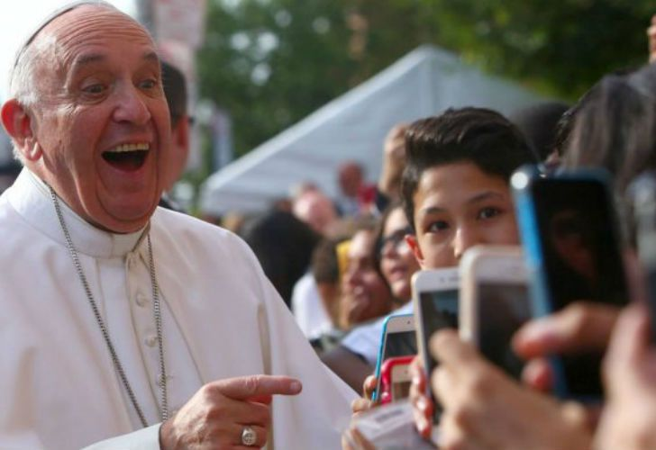 El Papa Francisco mostró su disgusto por los celulares.