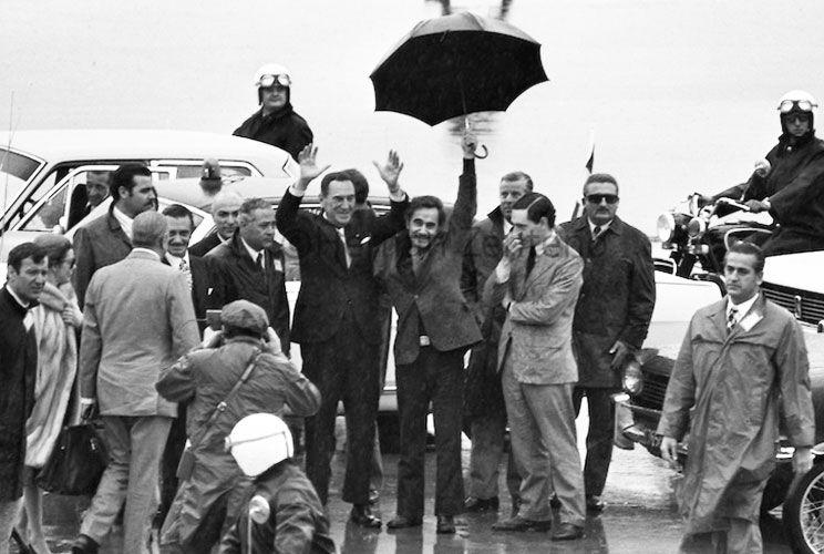 Paraguas. La imagen de José Ignacio Rucci guareciendo a un ya anciano general Juan Perón de la lluvia se transformó en el símbolo de una época convulsionada.