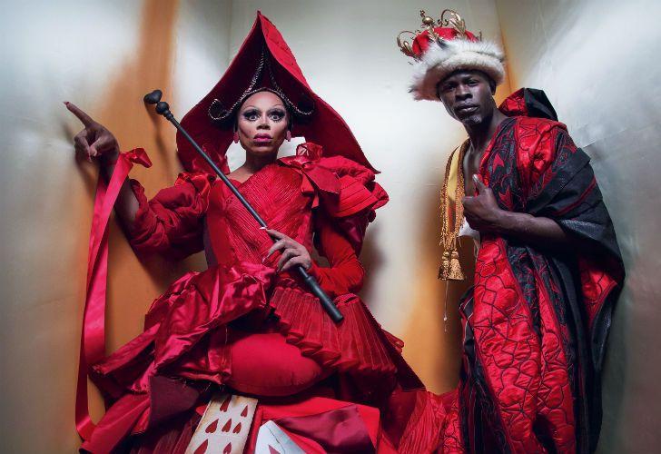 Pirelli presentó su calendario 2018 a cargo del fotógrafo inglés Tim Walker. El profesional se inspiró en los personajes de Alicia en el País de las Maravillas.