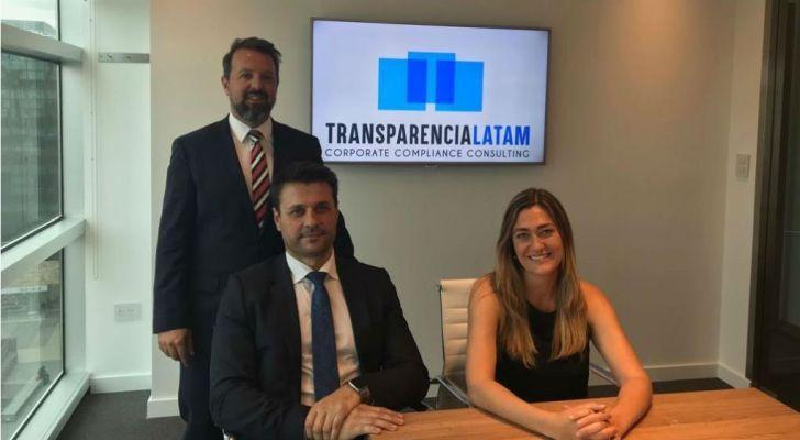 El equipo de Transparencia Latam que ofrece programas para que las empresas combatan la corrupción.
