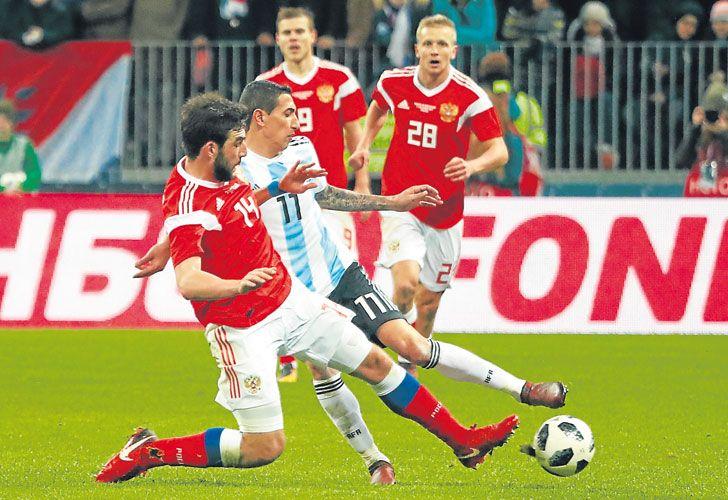 Una constante. Di María intenta ante tres jugadores rusos. Nunca pudo llegar con claridad.