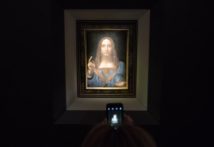 El lienzo de Leonardo exhibido antes de la subasta de esta noche.
