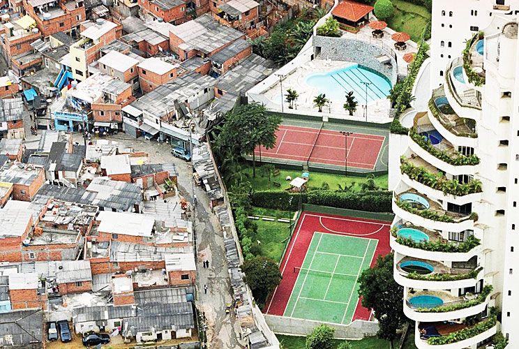 San Pablo. Un edificio de lujo a un lado, una favela superpoblada al otro.