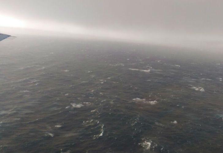 Ayer uno de los aviones B-200 de la Armada Argentina sobrevoló la zona por el operativo de búsqueda y rescate.