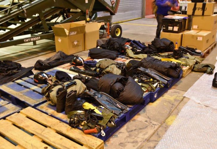 La cuenta de Twitter de los kelpers informó acerca de la llegada al archipiélago de un grupo de paracaidistas de la Royal Navy especializado en rescates bajo el agua -Submarine Parachute Assistance Group (SPAG).