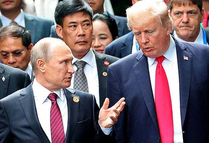 El presidente de los Estados Unidos Donald Trump junto a su par ruso Vladimir Putin