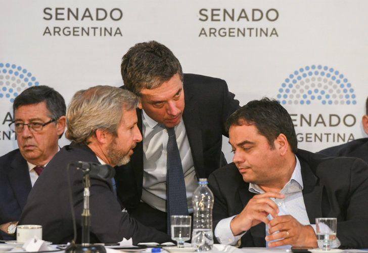 El ministro de Hacienda, Nicolás Dujovne, junto a su par de Interior, Obras Públicas y Vivienda, Rogelio Frigerio, y de Trabajo, Jorge Triaca, se reunieron con gobernadores en el Salón Azul del Senado.