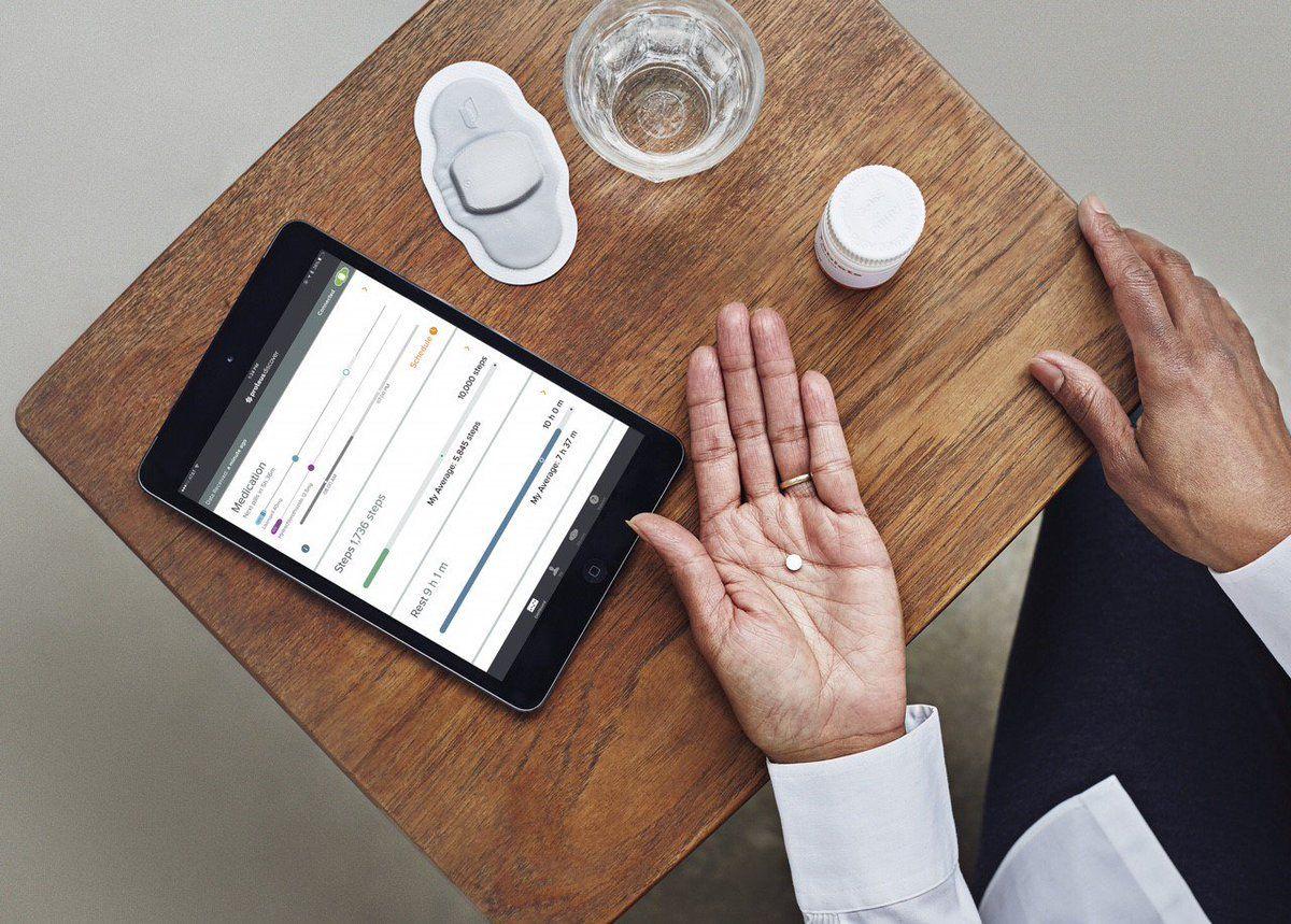 El nuevo medicamento incluye un parche dérmico que el paciente debe llevar adherido al tórax y una app que se instala en un smartphone.