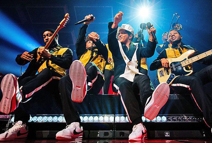En acción. Mars con sus músicos en escena: interpreta temas propios y baila a la par de The Hooligans, sus famosos bailarines.