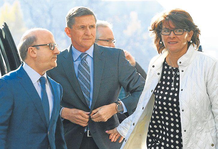 Serio. Flynn y sus abogados al presentarse   ayer a declarar. Admitió que durante la transición hubo contactos del equipo de Trump con Rusia.