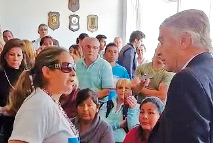 Cara a cara. El ministro de Defensa Aguad y el jefe de la Armada Srur hablaron con los familiares.