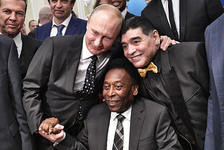 Postal. Vladimir Putin junto a Maradona y Pelé.