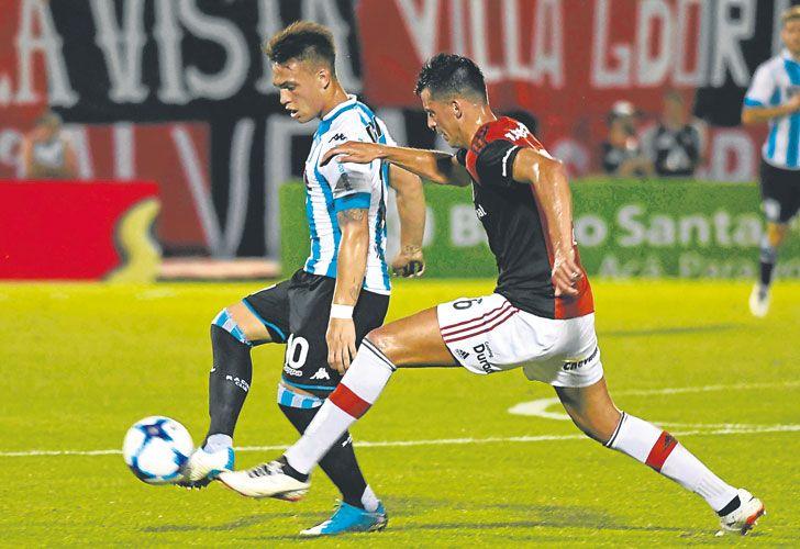 De la cabeza. Lautaro Martínez convirtió el primer gol para el equipo de Avellaneda. El otro lo hizo Lisandro López.