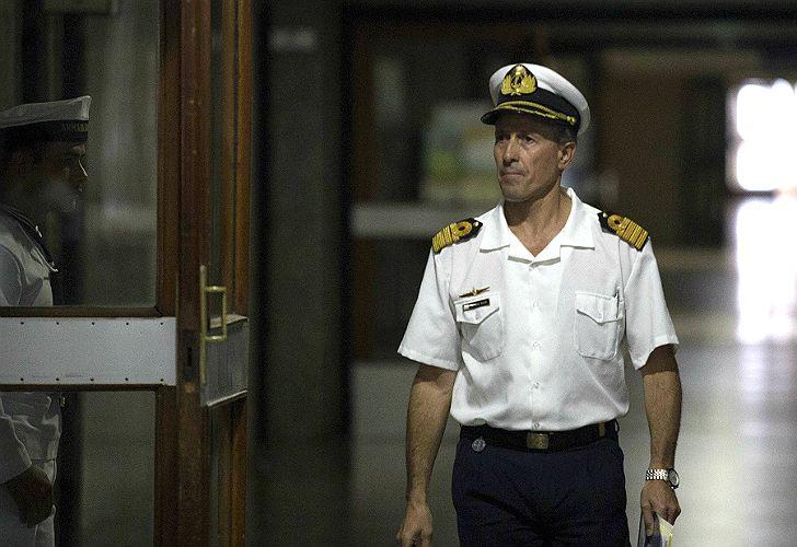 Balbi, camino a otra conferencia de prensa en la Armada.