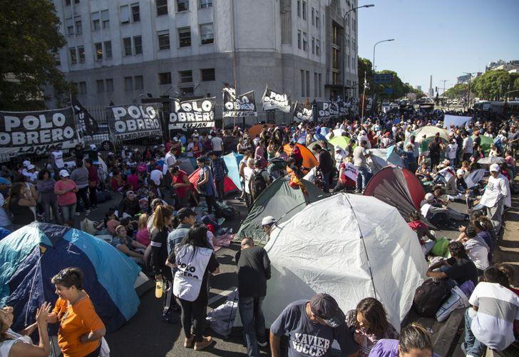Con carpas y carteles, los manifestantes se apostaron sobre la Avenida 9 de Julio.