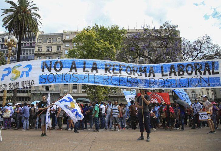 Gremios, organizaciones sociales y partido de izquierda se movilizaron hacia Plaza de Mayo.
