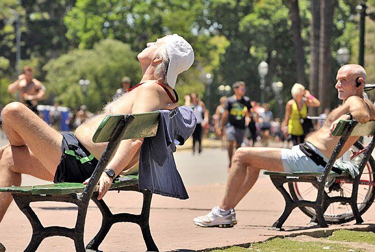 Al aire libre. Las altas temperaturas de este fin de semana podrían mantenerse durante los próximos tres meses, según anticipa el SMN. En CABA la temperatura media será mayor a 23º y en Mar del Plata a 20º.
