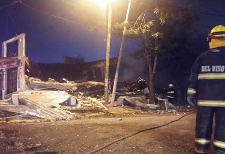 Una explosión y posterior incendio, destruyó dos locales de Pilar.