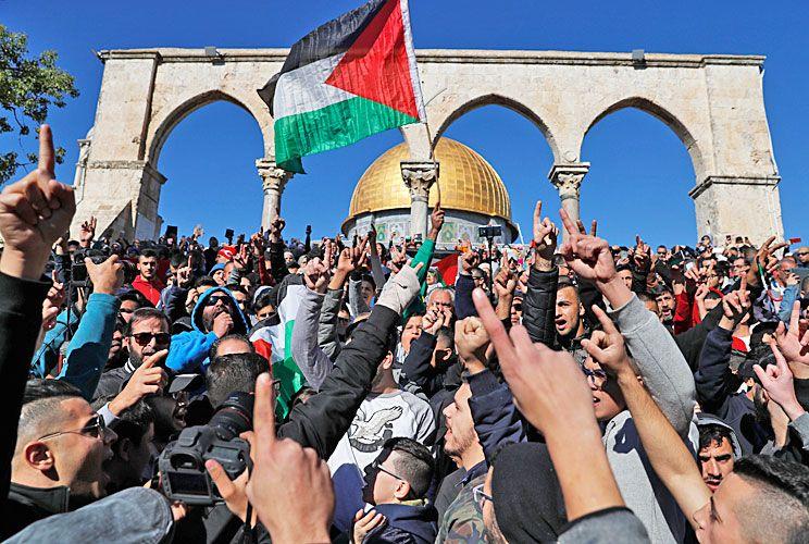 Frente a la explanada de las mezquitas. Miles de palestinos protestan en el tercer sitio sagrado para el islam, localizado en la Ciudad Vieja de Jerusalén y vigilado por la policía israelí.