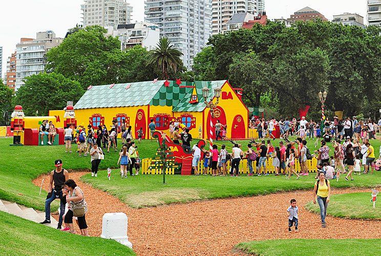 Plaza Seeber. Como desde hace cinco años, la Ciudad armó un parque temático por las Fiestas. Este año estrena sede.