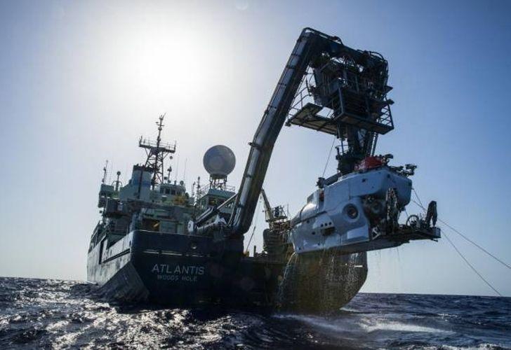 El buque científico estadounidense Atlantis, una de las embarcaciones que participa de la búsqueda del ARA San Juan, junto al submarino Alvin.
