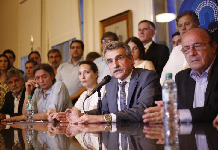El bloque de diputados del Frente para la Victoria, encabezado por le presidente, Agustín Rossi.