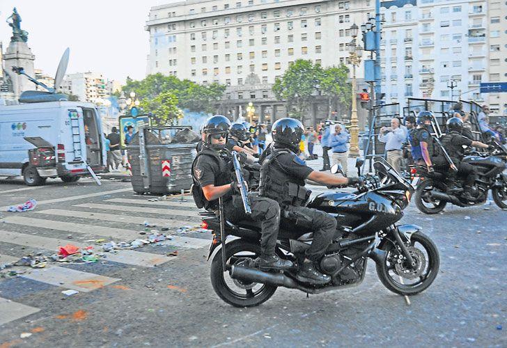 Secuelas. Silvestro (izq.) fue herido en las piernas. Fotografió a uno de los policías que le disparó (arr.).