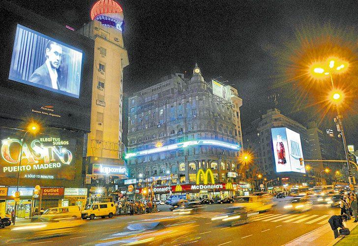 Cielos Brillantes. Cada vez hay más carteles publicitarios que recurren a esta tecnología. La mala utilización de luces LED en el alumbrado público causa resplandor.
