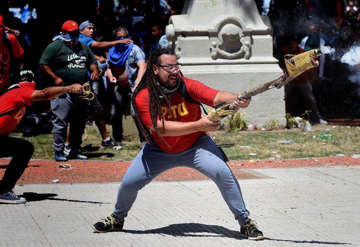 Ex candidato del FIT lanzó bombas de estruendo contra la Policía