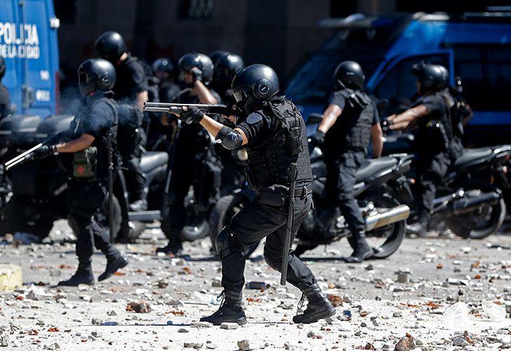 Fuerte enfrentamiento entre manifestantes y la policía