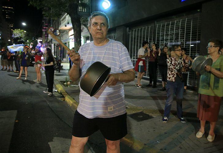 Vecinos porteños autoconvocados realizan esta noche diversos cacerolazos en las esquinas de sus barrios.