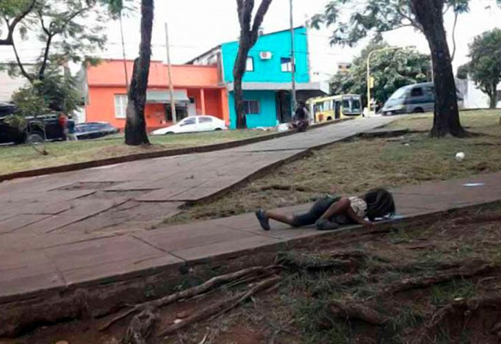 La foto fue captada por Patricia Fernandez, una periodista que pasaba por la plaza.