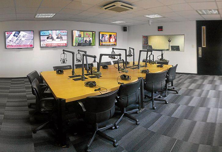 Los ESTUDIOS de perfil, listos para TRANSMITIR. En el mismo edificio donde funcionan las redacciones de todas sus publicaciones hay tres estudios de radio.