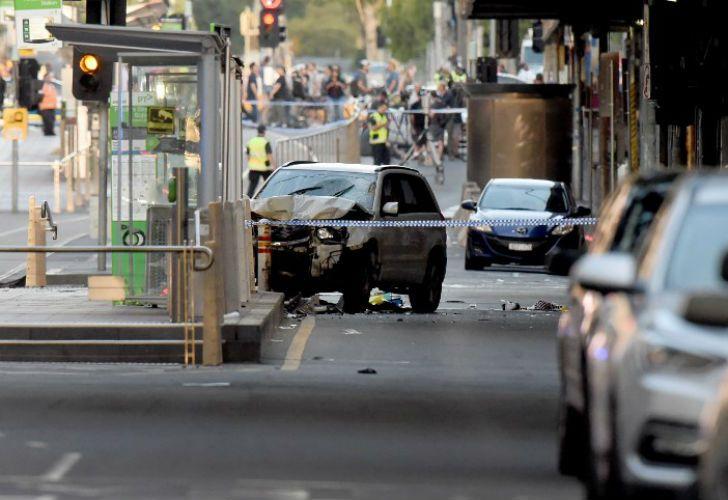 Un auto embistió a peatones en una concurrida intersección en Melbourne.
