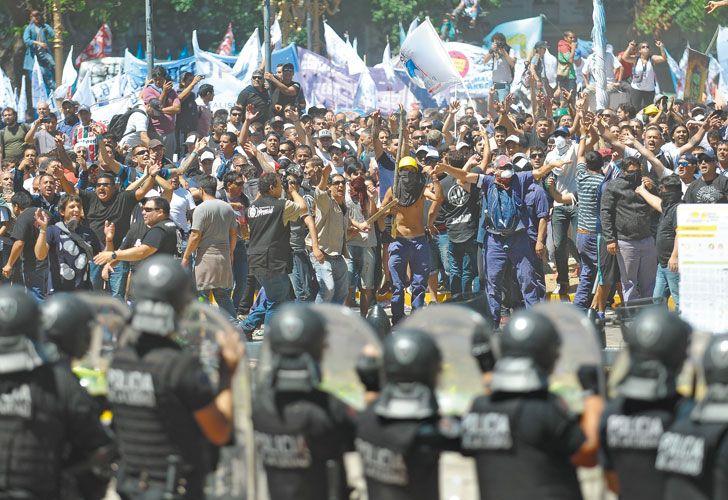 FALSEDADES. La solución no es prohibir las manifestaciones para evitar la violencia, ni provocarla en el juego irresponsable de levantar la apuesta. ¿Lo entiende la política?