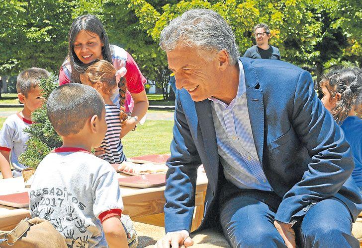 MiERCOLES 20. Al Presidente se lo vio relajado. Compartió café y optimismo con Marcos Peña.