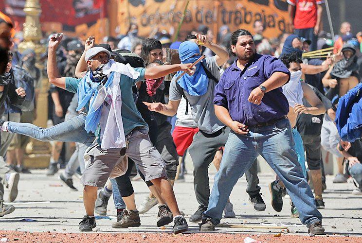 Ley de la selva. Hay un repudio unánime a que grupos de agresores con piedras y palos hayan perseguido y atacado a noveles policías de la Ciudad de Buenos Aires.
