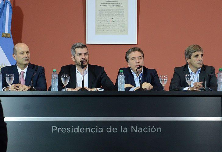 El Jefe de Gabinete Marcos Peña, ofreció una conferencia de prensa esta mañana en la Casa Rosada junto a los ministros de Hacienda, Nicolás Dujovne, y de Finanzas, Luis Caputo, y el presidente del Banco Central, Federico Sturzenegger.