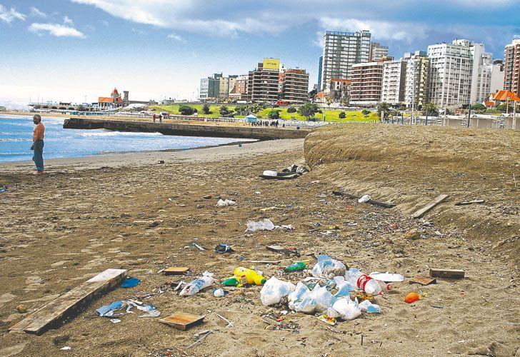 Suciedad. Es común encontrar en la arena bolsas y botellas plásticas que después van al mar.