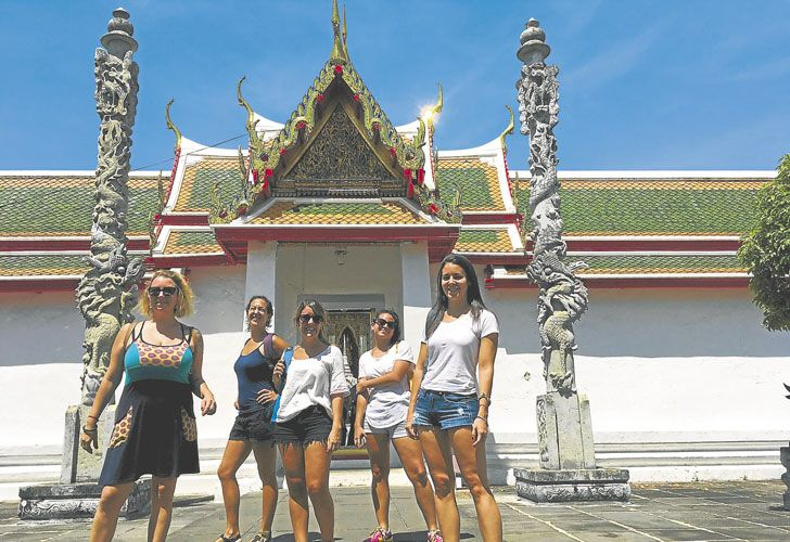 Ana y amigas en Tailandia