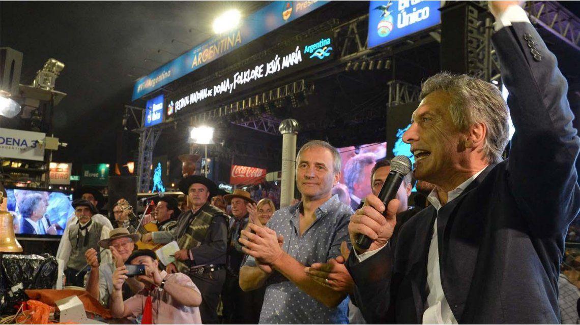 DE RECORRIDA. En la edición 2017 del Festival de Jesús María estuvieron juntos Macri, Schiaretti, Mestre, Baldassi y Frizza.