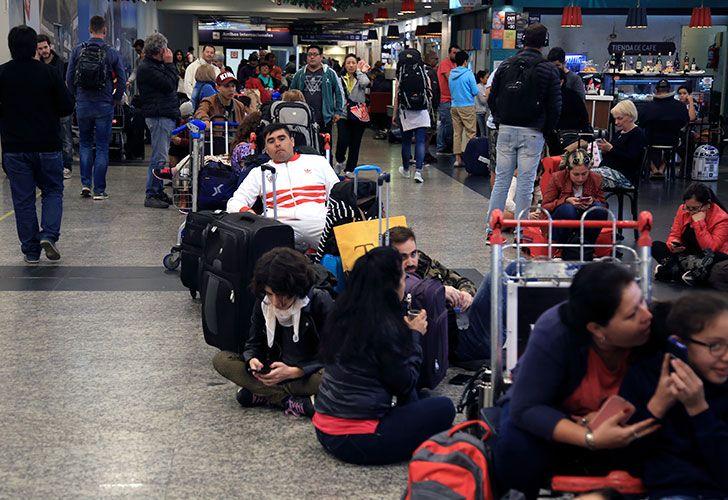 Hay demoras en Aeroparque y Ezeiza  como consecuencia del trabajo - a reglamento - que impuso el personal de la empresa estatal Intercargo.