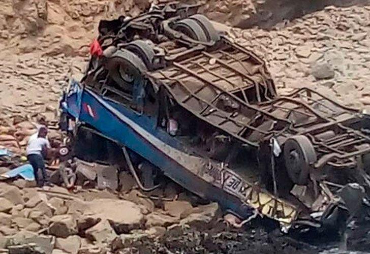 Un bus interprovincial con 50 pasajeros se desbarrancó esta mañana a la altura del kilómetro 75 del serpentín de Pasamayo, en Huaral.