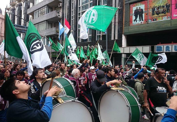 Los sindicatos protestan por los 1.200 despidos producidos en dependencias públicas.