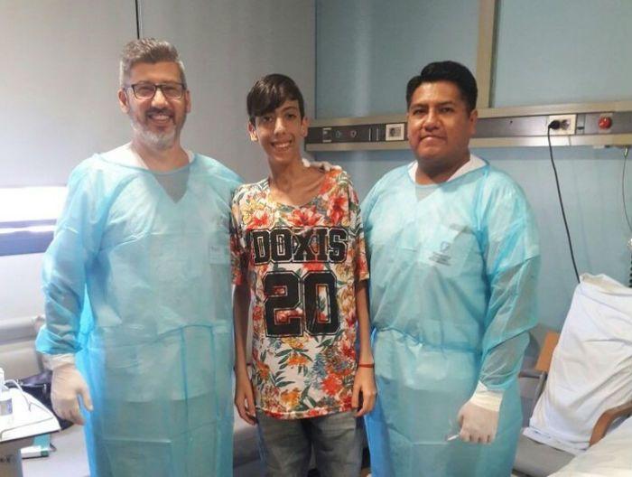 Matias Proverbio, de 19 años, junto al equipo médico de la Fundación Favaloro que realizó el trasplante pionero.